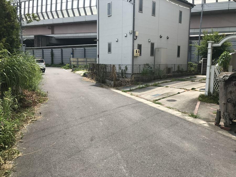 車の通りも多くなく、落ち着いて駐車できます。