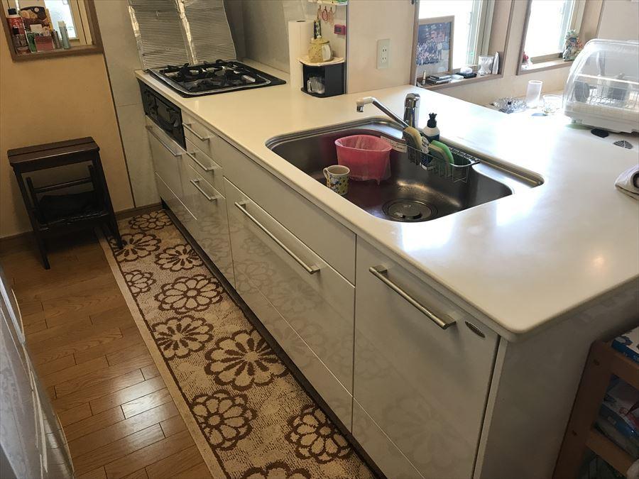 リビングを見渡しながらお料理ができます!リビング階段がキッチンすぐ横にあるので、お子様が2階に上がってきたときに、すぐに顔を合わせられます。収納も豊富です◎