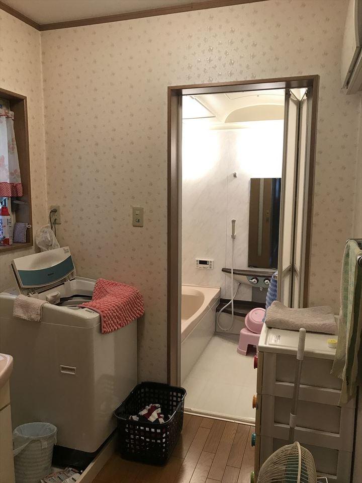 小窓付で換気ができる洗面所。タオルなどを収納する棚を置いても脱衣スペースはしっかり確保できます!