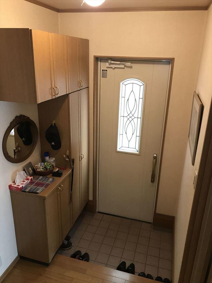 大きな玄関収納付き。ポイントはなんといってもお洒落で可愛い玄関ドアです♪爽やかな白のドアから光が洩れて、素敵です(^^)