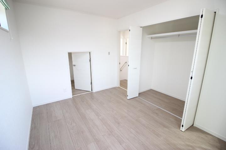 2階 6帖洋室 大型納戸がついた居室です 季節物を収納したり趣味のものを収納したりとマルチに使えます