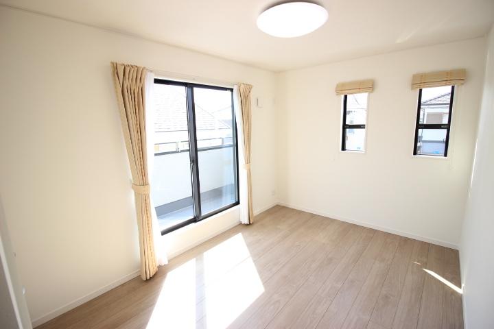 2階 6帖洋室 バルコニーに出入りができる日当たり良好な居室です