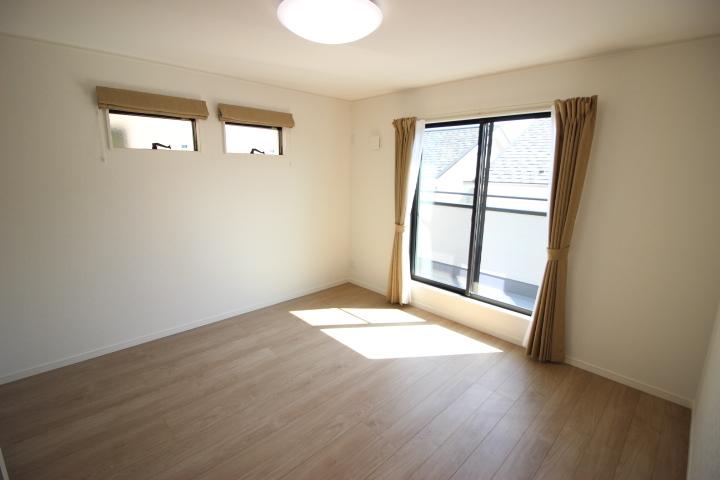 2階 8常洋室 ウォークインクローゼットと大型納戸が備わって収納がたっぷりできる居室です