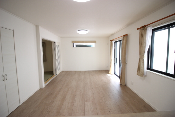 優しいぬくもりに包まれる床暖房付のリビングは、陽光がたっぷりと降り注ぎ明るい空間です
