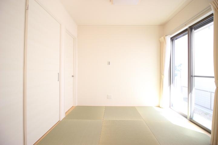 日差しをたっぷりと取り込める和室は、客間として 家事スペースとして キッズスペースとして マルチに使える空間です