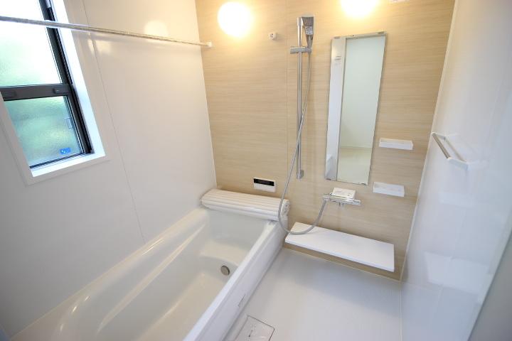 温かみのある木目調のアクセント壁が、癒やしのバスタイムを演出。窓付き・浴室乾燥機つきの機能的なシステムバスルーム。