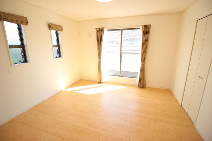 2階 8畳洋室 季節物も収納できるウォークインクローゼットが付いた居室