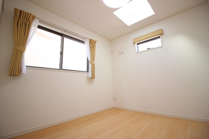 2階 5.4畳洋室 トップライト(天窓)から降り注ぐ太陽光がお部屋全体を明るく照らします