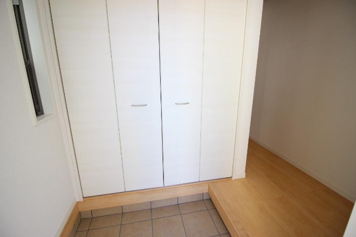 シューズインクローゼットが備えられている玄関です 家族の靴がたっぷり入る大きさなので玄関を広々使えますね