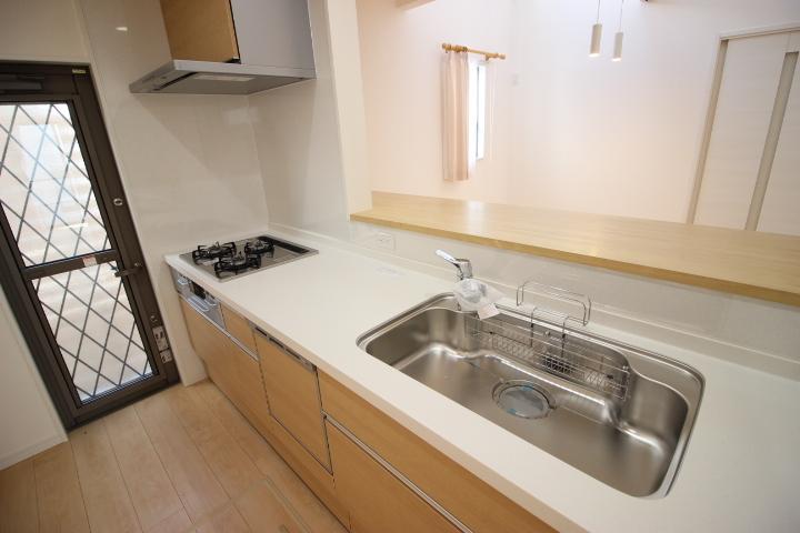食器洗浄乾燥機を備えたシステムキッチンは、シンクもゆったりサイズでフライパンやお鍋を洗うのも楽々 奥様に喜ばれるキッチンです