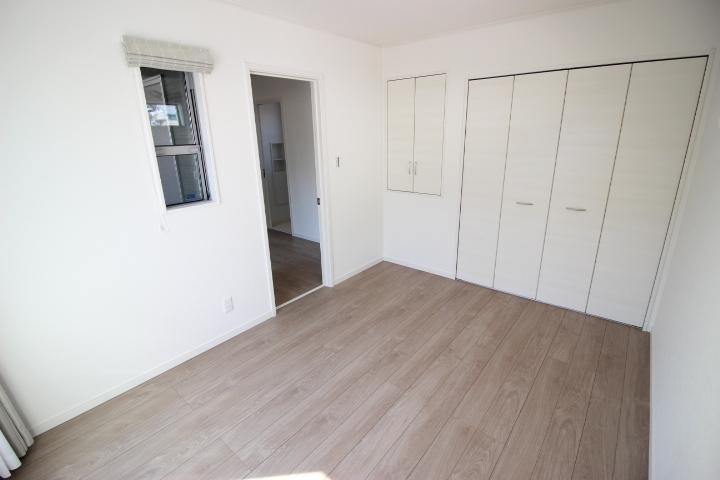 2階 6帖洋室  バルコニーに面した居室です。 日当たりが良く明るい空間です