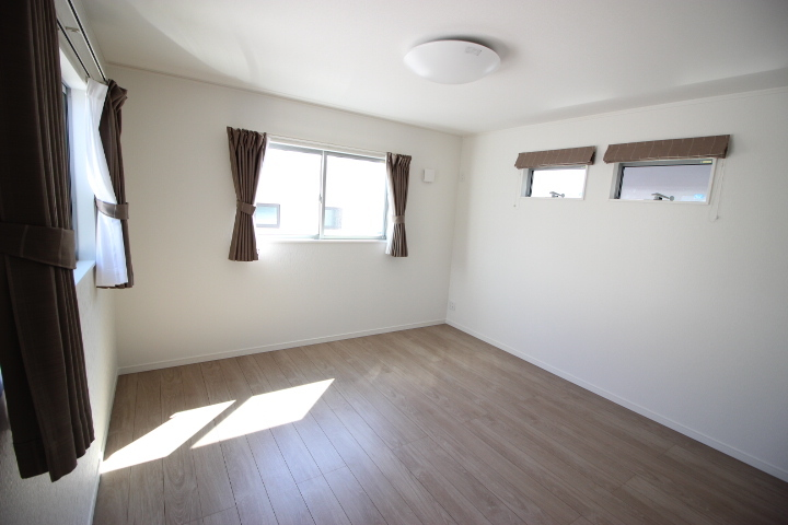 2階 9帖洋室 たっぷりの収納力を備えたウォークインクロゼットがついた居室です