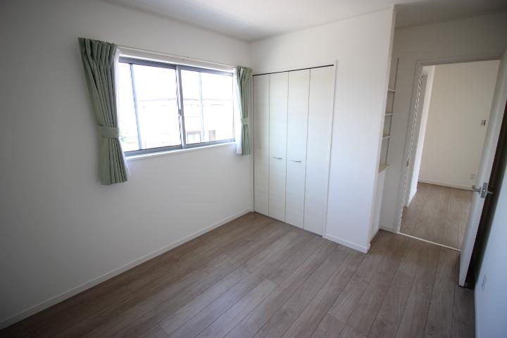 2階 5.4帖洋室 クローゼットが備わった使い勝手の良い居室です