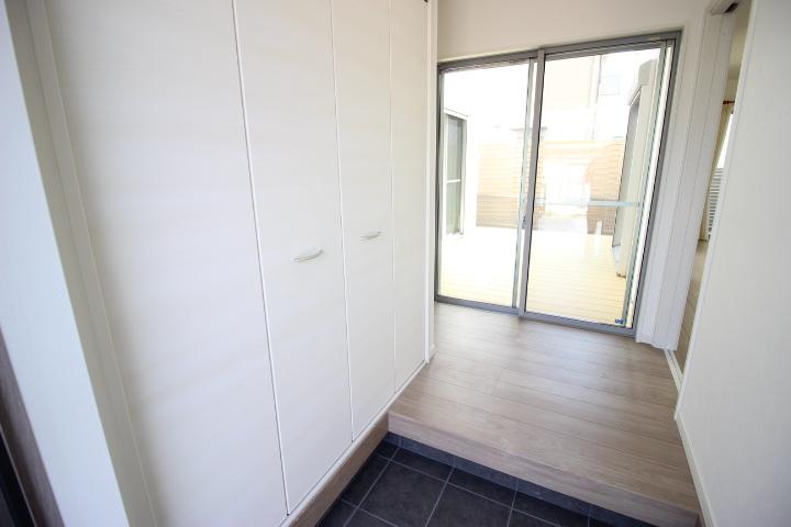 デッキテラスからの光と開放感が玄関を照らしてくれます 使い勝手の良い収納が備わっています