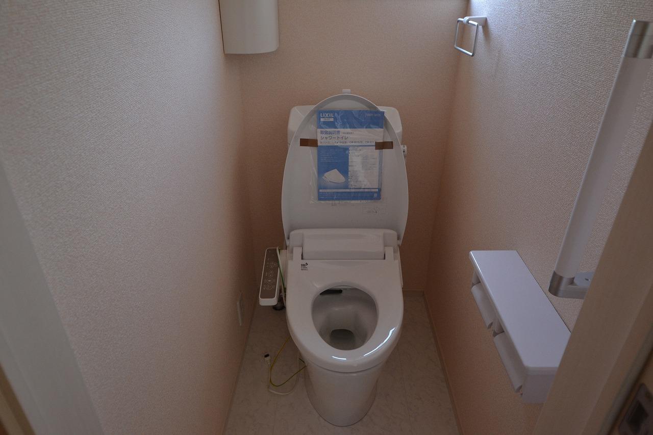 トイレ2階 縦型収納BOX・手すり・ウォシュレット機能付き