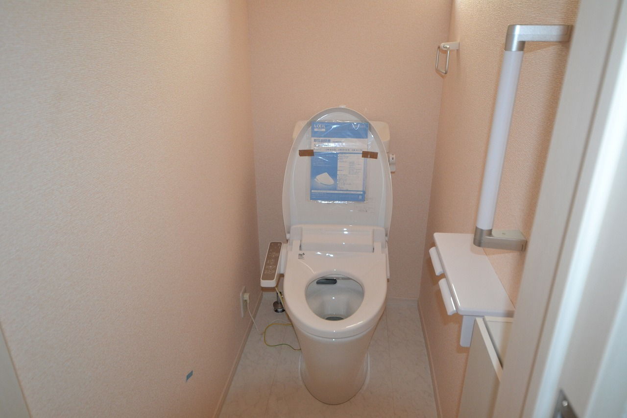 トイレ1階 収納BOX・手すり・ウォシュレット機能付き
