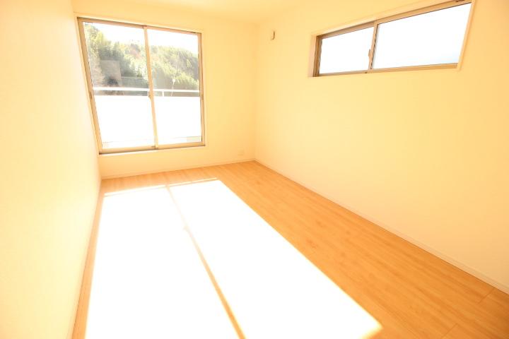 2階 8畳洋室 バルコニーに出入りできる居室で、ウォークインクローゼットが備えられています