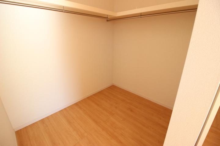 ウォークインクローゼットには整理整頓に便利な棚とハンガーポールが備え付けです