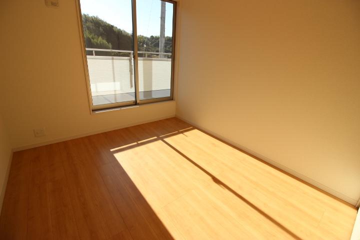 2階 5.34畳洋室 バルコニーに出入りできる日当たり良好な居室です。クローゼットがついています