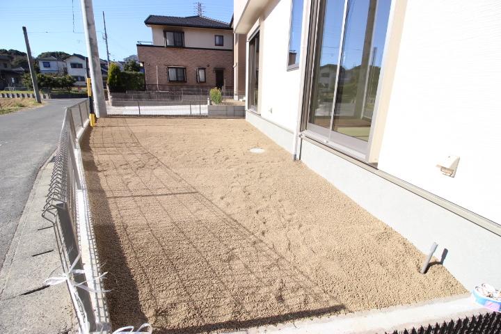 お子さんが砂遊びをしたり、奥様がガーデニングを楽しむこともできるお庭です