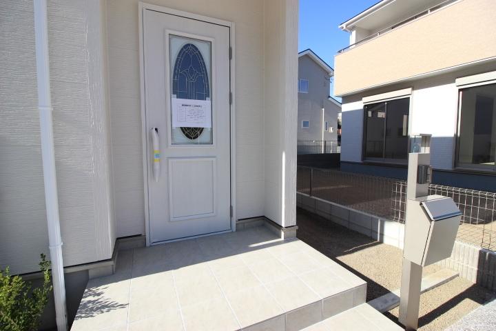モダンな玄関ドアが際立つエントランス