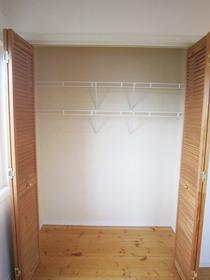 2階 洋室6.4帖 収納スペース