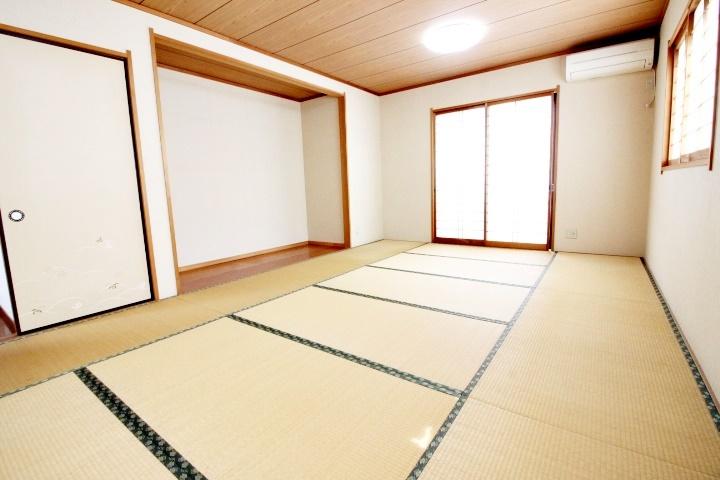 2Fには12帖の和室もあります。押し入れや板の間もあり、空間を広くお使いいただけますね。