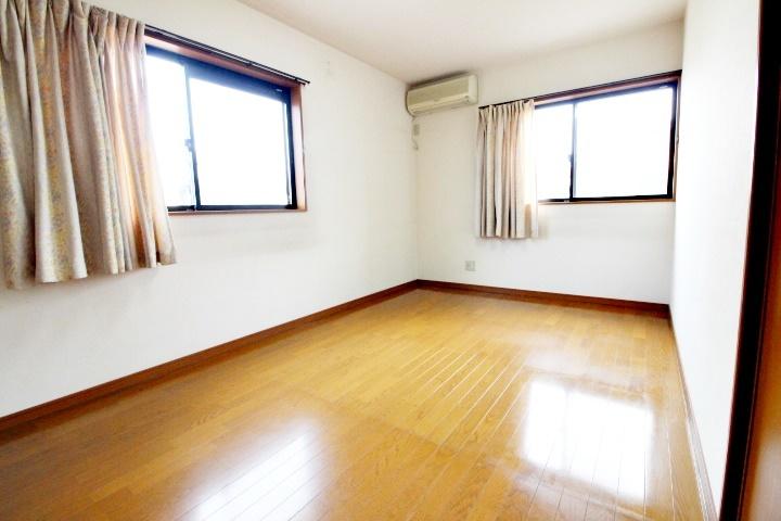 7.5帖の洋室です。窓が二面にあるので、風通しも良いですね♪