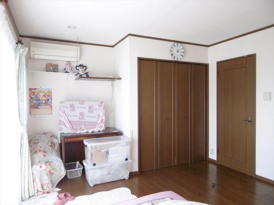 部屋いっぱいに明るさの広がる南面居室。収納も完備で、生活スペースをスッキリ使用できます!