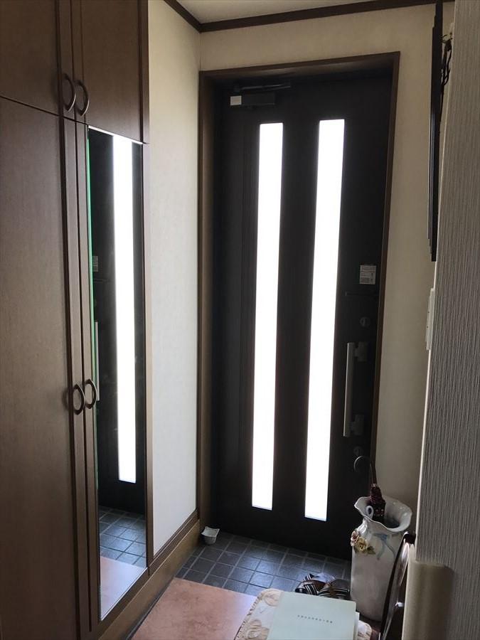 玄関ドアからも注ぎ込む光が、玄関を明るくしてくれます。