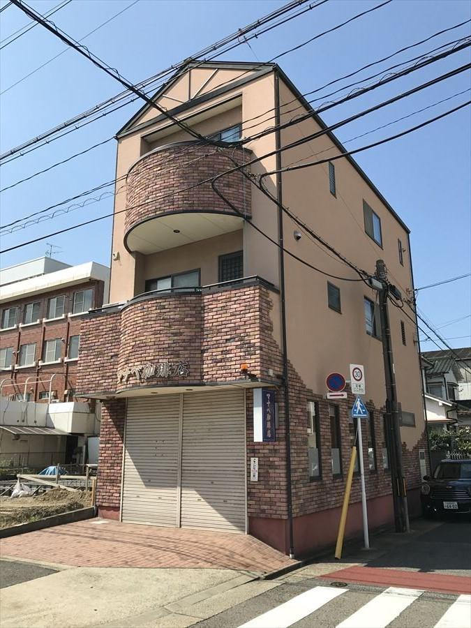 【外観写真】 平成12年築の、店舗付住宅です!外観・内観ともに綺麗に使用されています◎