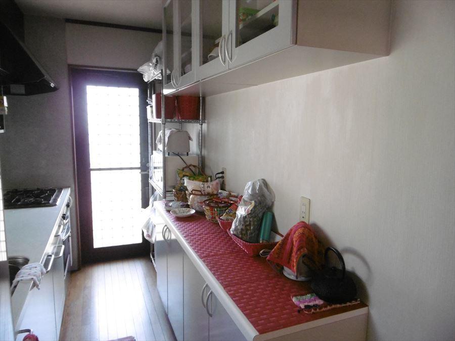 キッチンにはベランダにつながる扉付。ゴミの一時置場にもできますし、明るさも取り入れることができます!