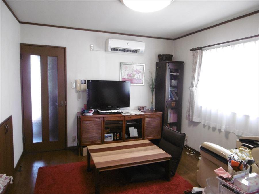 居間には大きな窓から光が入り、家族との会話弾む明るい空間に♪収納も付いています!