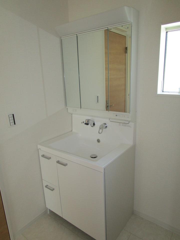 ワイドな鏡、シャンプードレッサ付、小物収納もたっぷりの洗面化粧台