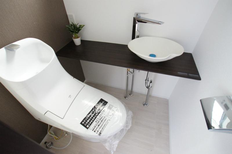 トイレ(1F) 手洗い用シンク付です。