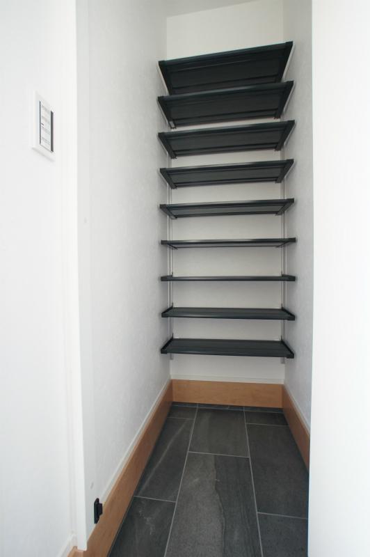 玄関(内側)からアクセスできるシューズインクローゼットです。 ベビーカーもそのまま収納できます。