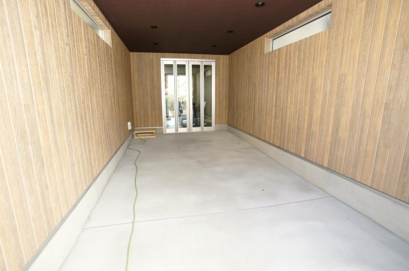 屋根付きガレージ 室内と直結しております。