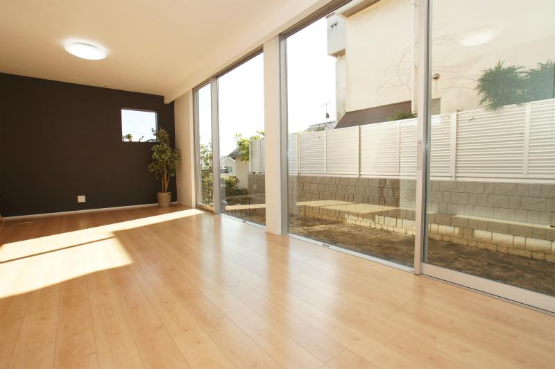 LDK(19帖) 開口部が広い大型の窓枠を採用しており、大変明るいリビングとなっております。