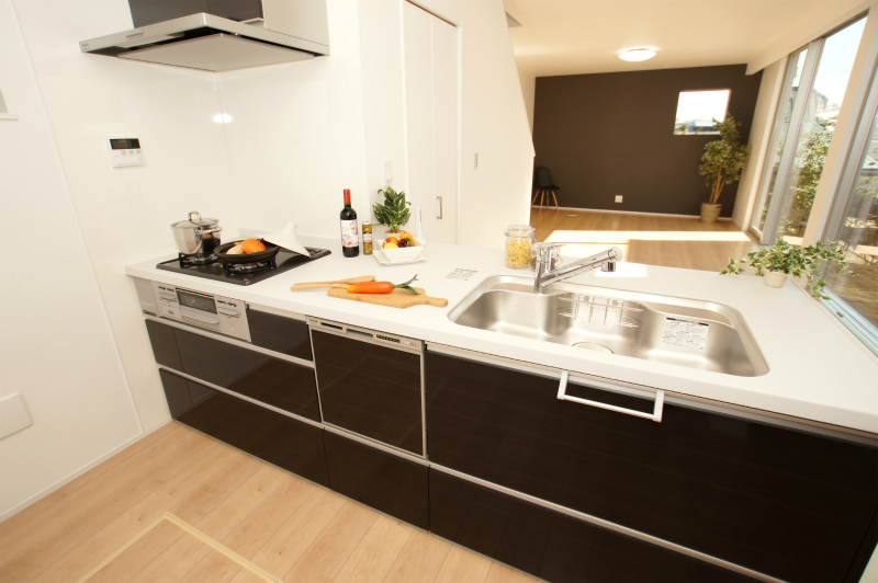 システムキッチン 食器洗乾燥機付き。 ワークトップも広く作業しやすくなっております。