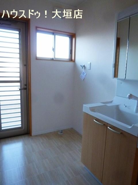 洗面所から外へも出入り可能。1階に洗濯物を干す時に便利です。