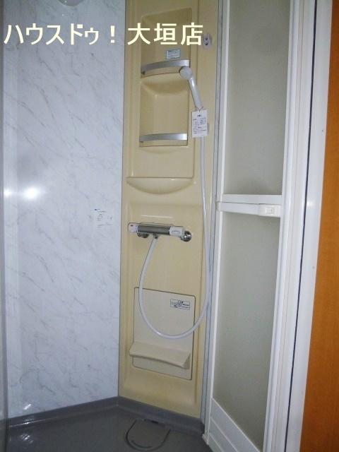 2階シャワー室。お時間のない時やスポーツ後の汗をサッと流しましょう。