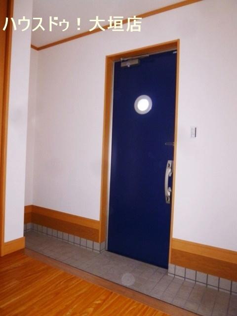 ブルーがポイントの玄関。