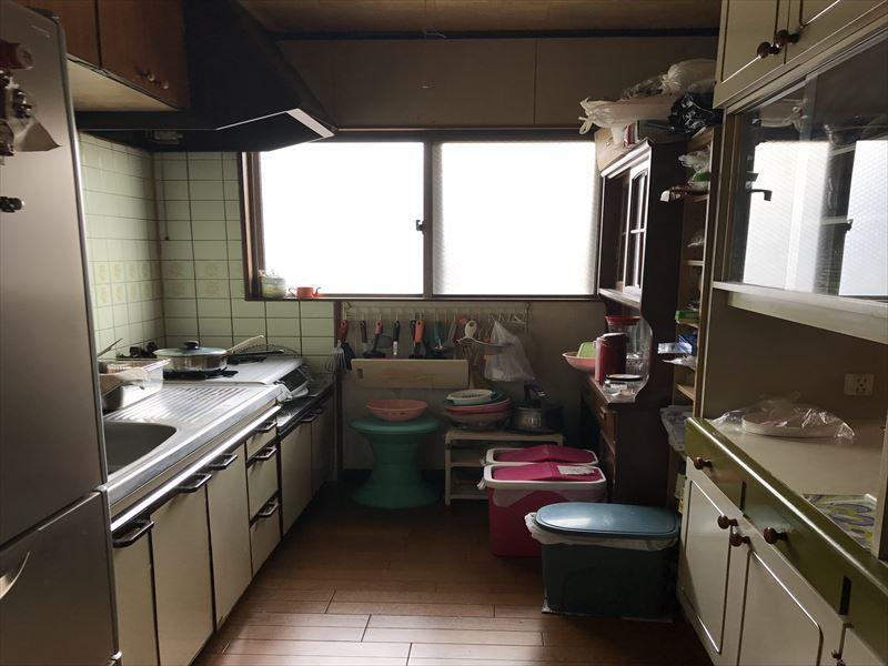 居住部分のキッチンです。窓があり、光を取り込むことができます。リフォームのご相談も承っておりますので、ぜひお問い合わせ下さい♪