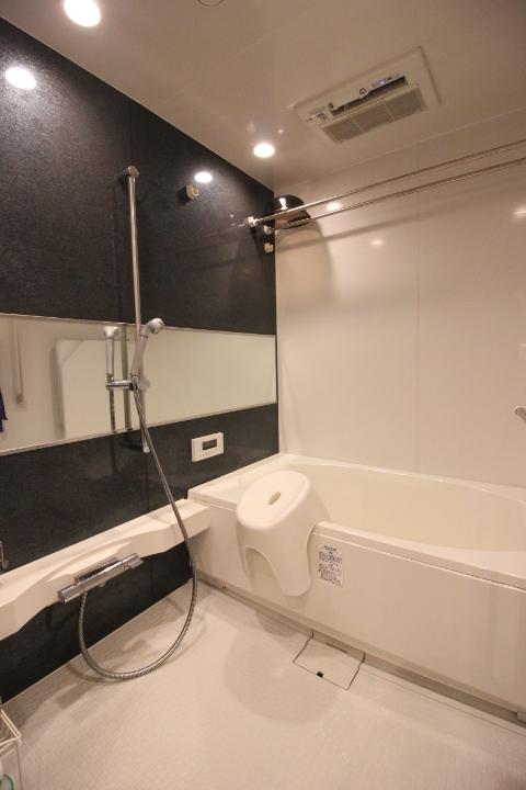 シンプルかつ機能的なシステムバスルーム。ランドリーパイプもあるので雨の日のお洗濯も安心です。