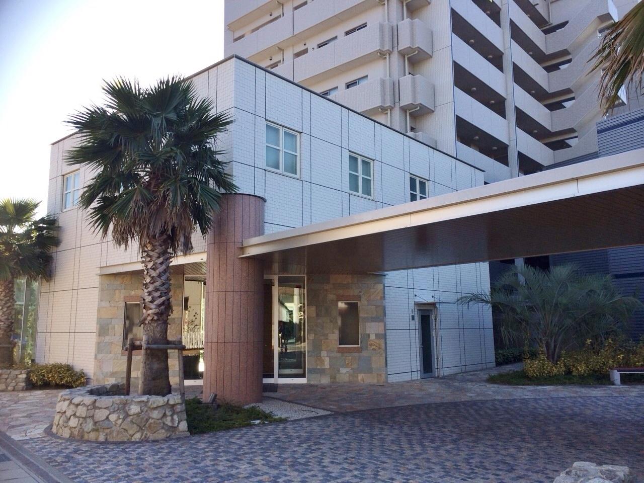リゾートホテルのような佇まいの外観。