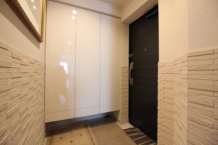 鏡面の扉が美しいシューズボックスも高さがある大容量サイズ。
