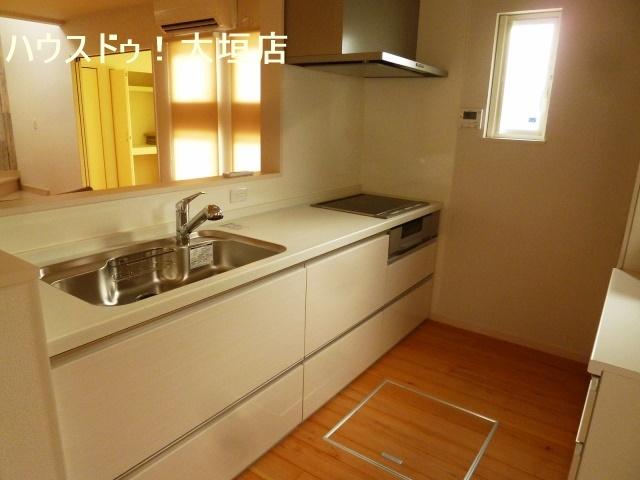 床下収納や造り付け収納棚で収納豊富なキッチン。