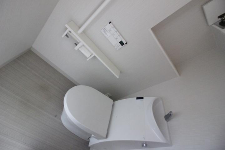 戸建て感覚のゆったりトイレ。小棚も便利です。