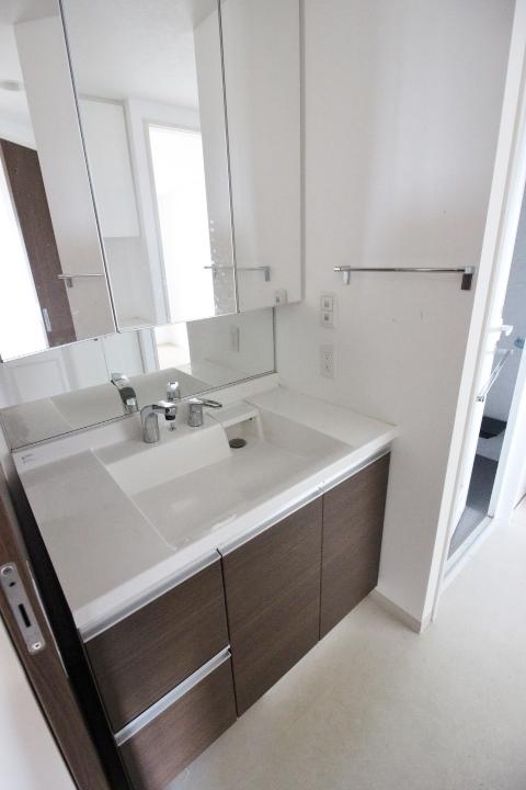 洗面台は便利な三面鏡。 三面鏡を開くと奥には収納があります。 洗面台下にもたっぷり収納スペース
