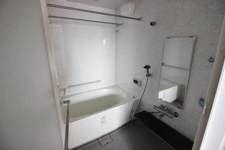 白を基調としたシンプルなユニットバスルーム。 浴室乾燥機もございますので、雨の日のお洗濯にも困りません。